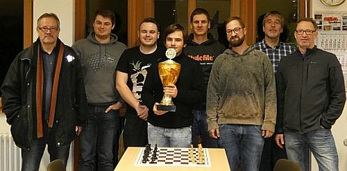 Siegerfoto 2019, Magnus Junker (mit Pokal) gewinnt de Vereinspokal!